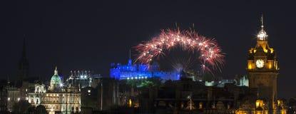 Panorama- vew på det Edinburgh slottet med fyrverkerier Royaltyfria Bilder