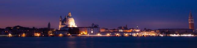 Panorama vid natt av Venedig, italiensk stad Fotografering för Bildbyråer