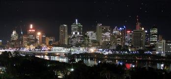 Panorama - ville + étoiles de fleuve Image stock