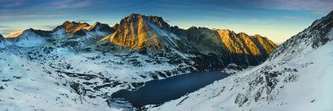 Panorama- vintersikt av dalen för fem sjöar i tatraberg Arkivbild