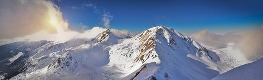 Panorama- vintersikt av det västra Tatra berget Wolowiec maximum Arkivbild