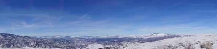 Panorama vintersnö på berg Arkivbilder