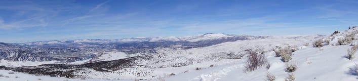 Panorama vintersnö på berg Arkivbild