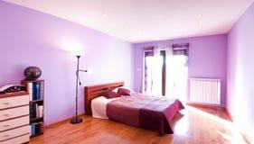 Panorama violeta del dormitorio Imagen de archivo libre de regalías