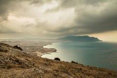 Panorama, vista horizontal de montanhas crimeanas com coastl rochoso Fotografia de Stock