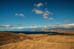 Panorama, vista horizontal de montanhas crimeanas com coastl rochoso Fotos de Stock Royalty Free