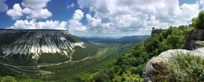 Panorama, vista orizzontale delle montagne verdi della Crimea con roccioso Fotografie Stock