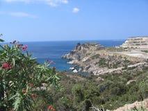 Panorama visto pelo alto do mar azul do quiete, das rochas brancas e da costa, floresta mediteranean de Milos Island em Grécia Imagens de Stock Royalty Free