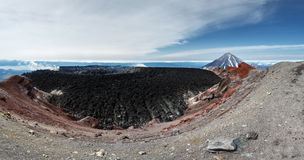 Panorama: volcán activo de Avachinsky del cráter Península de Kamchatka Fotos de archivo