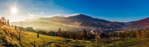 Panorama Volovets miasteczko w Karpackich górach Obrazy Royalty Free
