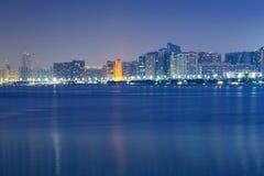 Panorama von Abu Dhabi nachts, UAE Lizenzfreie Stockbilder