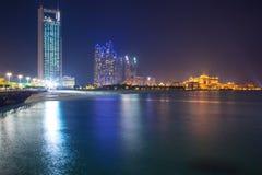 Panorama von Abu Dhabi nachts, UAE Lizenzfreies Stockfoto