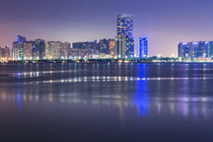 Panorama von Abu Dhabi nachts, UAE Lizenzfreie Stockfotografie
