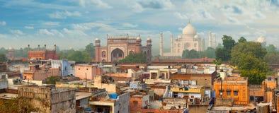 Panorama von Agra-Stadt, Indien Taj Mahal im Hintergrund stockbild