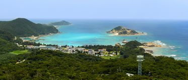 Panorama von Aharen-Strand und von schönem Türkis wässert nach Hause zu den Korallenriffen in Tokashiki-Insel in Okinawa, Japan Stockbilder