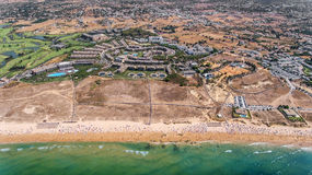 Panorama von Albufeira-Antenne in Algarve-Region, Portugal, Sturmstrand Stockfotografie