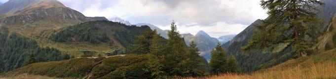 Panorama von Alpen: Berge und Flüsse Lizenzfreie Stockbilder
