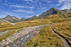 Panorama von Alpen: Berge und Flüsse Lizenzfreies Stockfoto