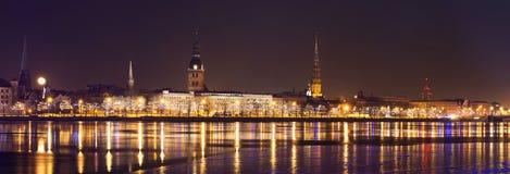 Panorama von altem Riga in der Nachtzeit Lizenzfreie Stockfotos