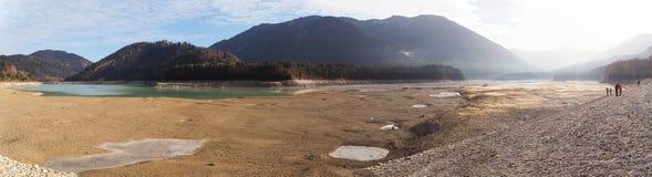 Panorama von ausgetrocknetem See - Sylvenstein, südlich von Bayern, Deutschland Lizenzfreies Stockbild