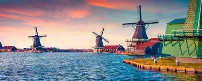 Panorama von authentischen Zaandam-Mühlen auf dem Wasserkanal Lizenzfreies Stockfoto
