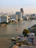 Panorama von Bangkok mit dem Fluss und von Booten bei Sonnenuntergang Stockbilder