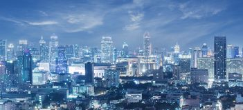 Panorama von Bangkok-Stadtskylinen während an der Nachtblauen Stunde lizenzfreie stockfotos