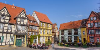 Panorama von Bars und von Kneipen in der Mitte von Quedlinburg stockbilder