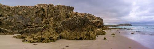 Panorama von beautifu fraß Felsen auf Pennington-Buchtstrand ab Kanga Lizenzfreie Stockbilder