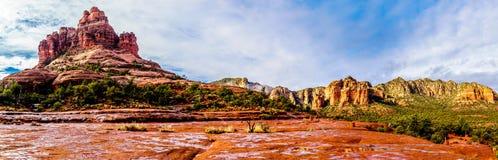 Panorama von Bell-Felsen und Kathedralen-Felsen, berühmte Felsen des roten Sandsteins zwischen dem Dorf von Oak Creek und Sedona stockfotografie