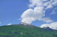Panorama von Bergen mit vegetatation und Wolken Stockfotos