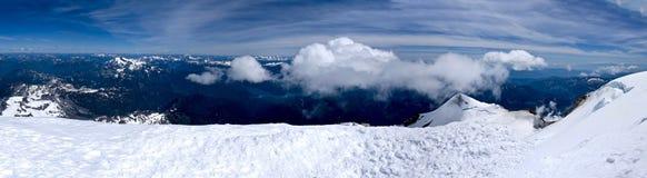 Panorama von Bergen, von Schnee, von Himmel und von Wolken Lizenzfreie Stockfotografie