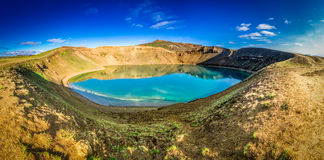 Panorama von blauem See im Krater eines Vulkans in Island Stockfotografie