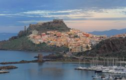 Panorama von Bosa-Stadt in Sardinien Stockbilder