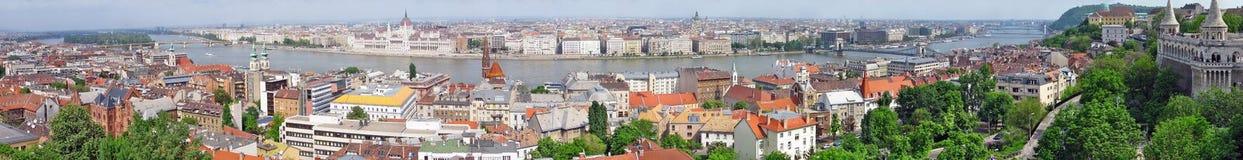 Panorama von Budapest mit Hängebrücke auf der Donau und dem Parlament Lizenzfreies Stockfoto