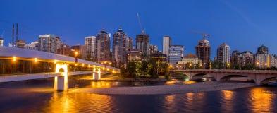 Panorama von Calgarys Skylinen entlang Louise Bridge Lizenzfreie Stockfotos