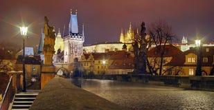 Panorama von Charles Bridge Marksteinanziehungskraft in Prag: Prag-Schloss und katholisches Heiliges Vitus Cathedral - Tschechisc stockbilder