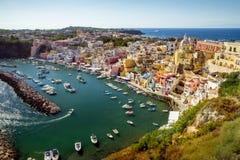 Panorama von Corricella-Dorf auf Procida-Insel, Kampanien, Ital stockfotos