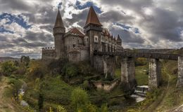 Panorama von Corvin-Schloss an einem bewölkten Tag des Herbstes Lizenzfreies Stockbild