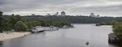 Panorama von Dnieper-Fluss in Kiew, Ukraine Lizenzfreie Stockfotografie