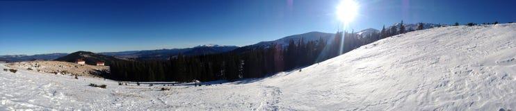 Panorama von Dragobrat-Skigebiet von karpathians Bergen Stockfotografie