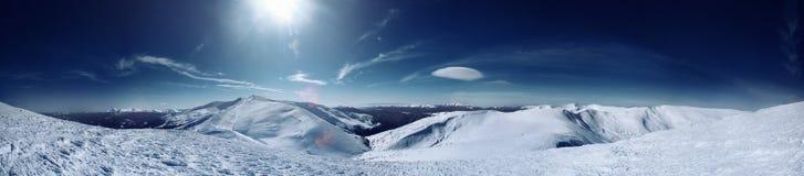 Panorama von Dragobrat-Skigebiet von karpathians Bergen Stockfotos