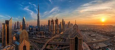 Panorama von Dubai im Stadtzentrum gelegen bei Sonnenaufgang stockfotografie