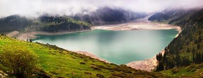 Panorama von einem Gebirgssee Lizenzfreies Stockfoto