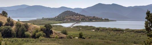 Panorama von einem Gebirgssee Lizenzfreie Stockbilder