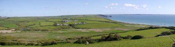 Panorama von Feldern und von Küstenlinie bei Newgale Pembrokeshire in Wales Lizenzfreie Stockbilder