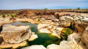 Panorama von felsigem Teich auf Adrar-Hochebene, Mauretanien Lizenzfreie Stockfotografie