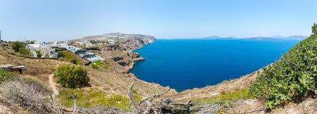 Panorama von Fira-Stadt - Santorini-Insel, Kreta, Griechenland. Weiße konkrete Treppenhäuser, die unten zu schöne Bucht führen Stockbilder