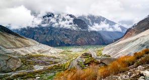 Panorama von Fluss und von Tal Mastuj nahe Shandur-Durchlauf Pakistan stockfoto