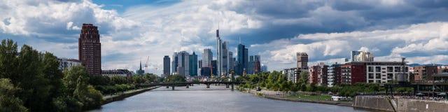 Panorama von Frankfurt unter einem teils bewölkten Himmel Stockbild